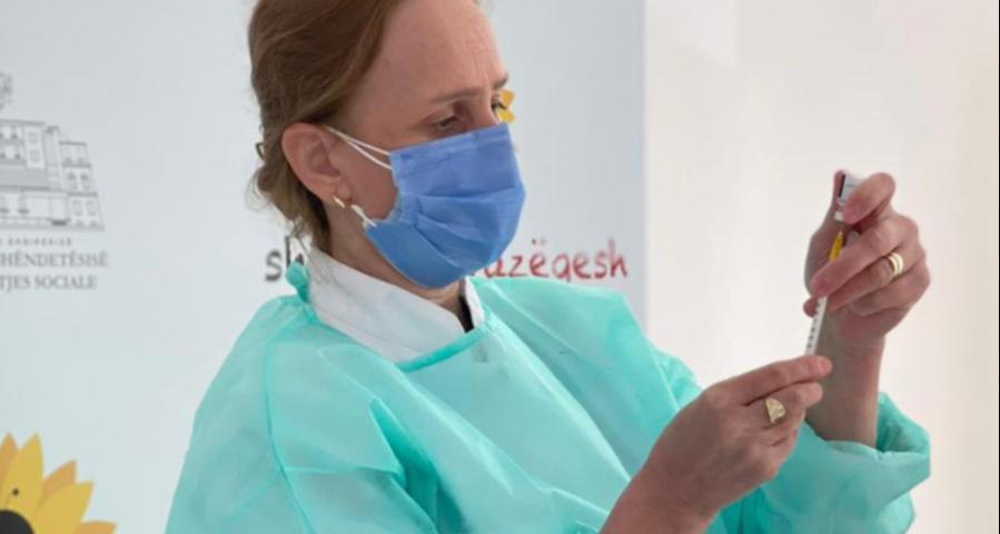 Manastirliu publikon foton e vaksinatores: Prej 20 vitesh me shërbim në Kukës