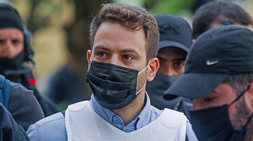 Piloti që mbyti gruan del para gjykatës, mblidhen qindra protestues: Vrasësi të kalbet në burg