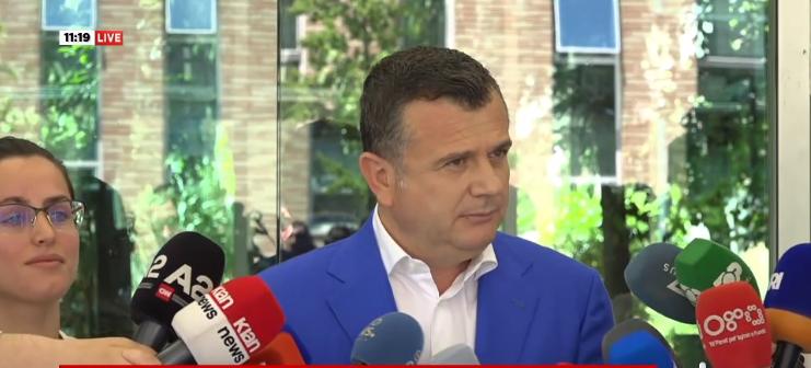 """""""Poshtë diktatura. Mos fol"""", incident gjatë fjalimit të Ballës me gazetarët, çfarë ndodhi para selisë së PS"""