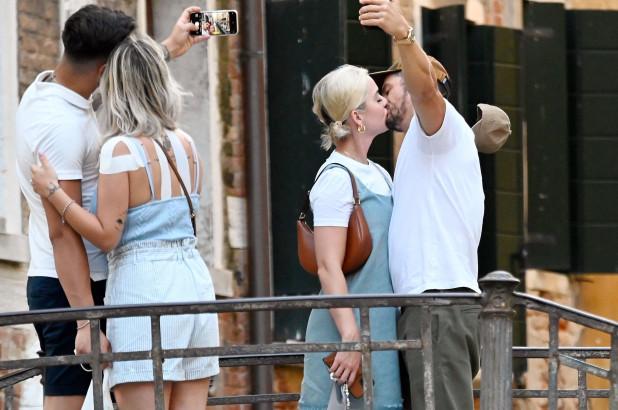 Puthje pasionante, dalin fotot romantike të çiftit të njohur nga udhëtimi në Venecia