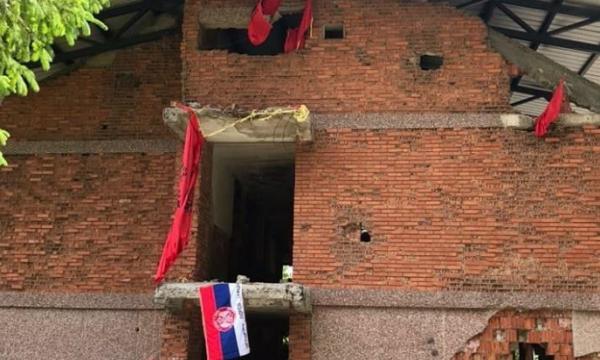 Flamuri serb vendoset mes flamujve të shqyer kuqezi në kullën e vrojtimit në Koshare