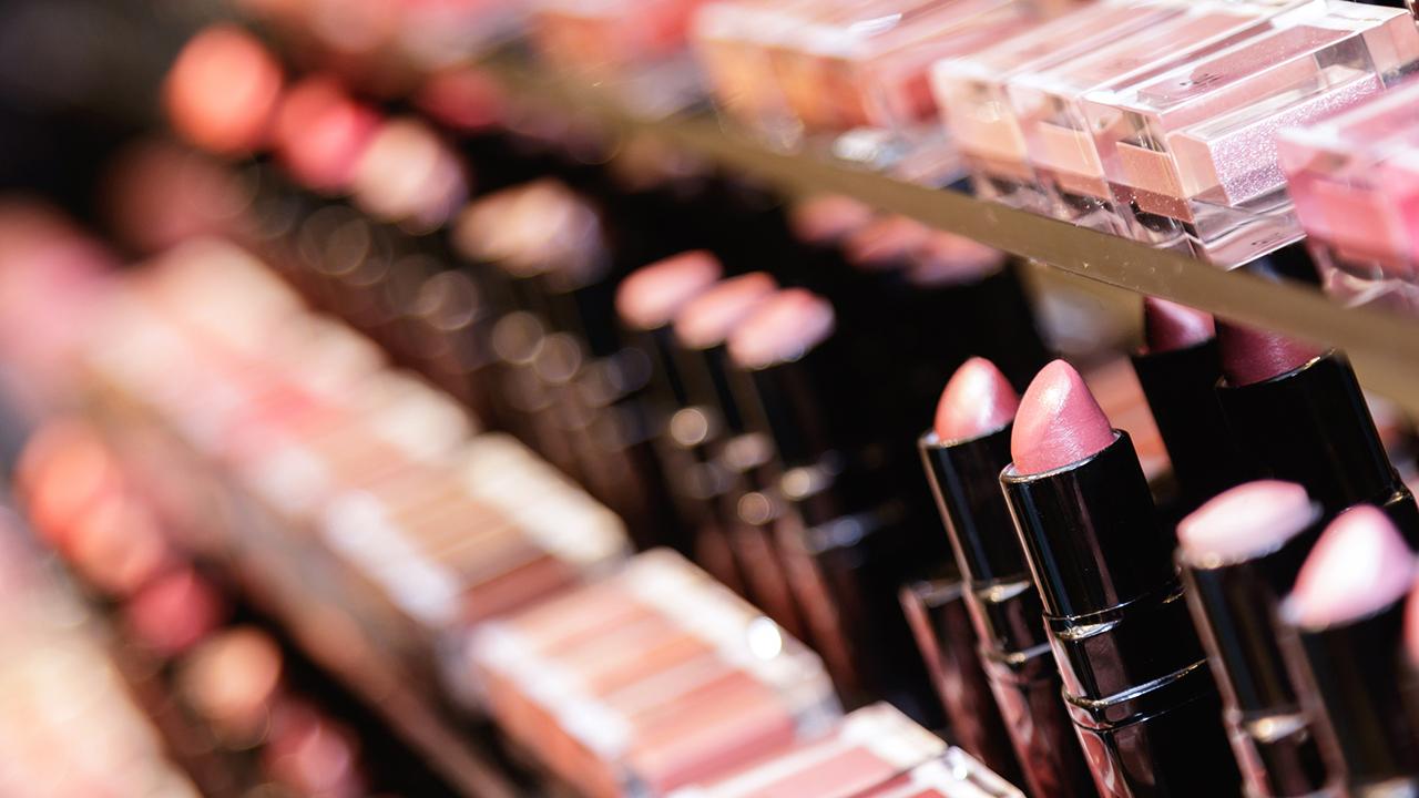 """STUDIMI/ Produktet e """"make up"""" përmbajnë kimikate toksike"""