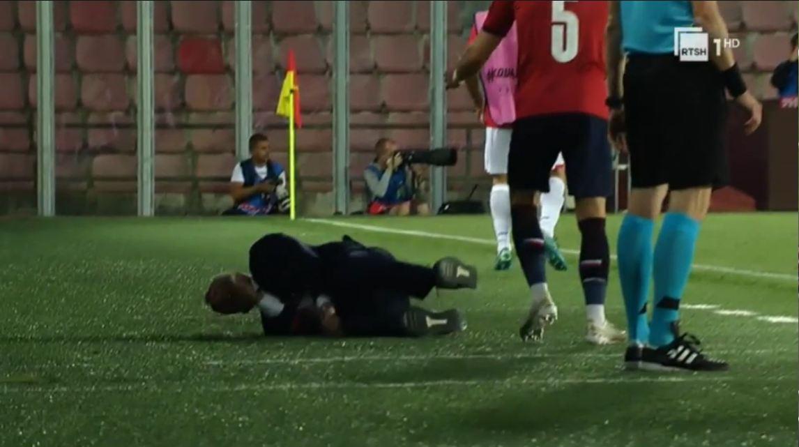 VIDEO/ Edy Reja sërish bëhet viral, e përplasin dhe e rrëzojnë në stol