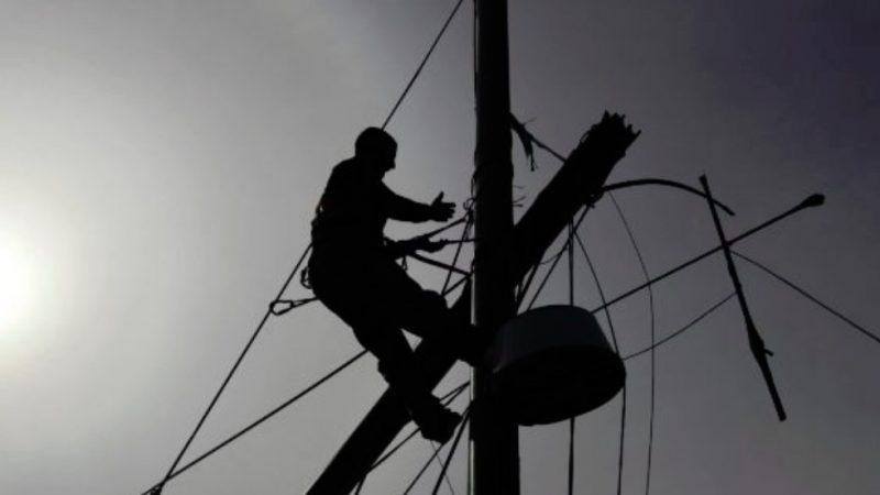 Bie shtylla e tensionit të lartë, humbin jetën dy elektricistët në Roskovec