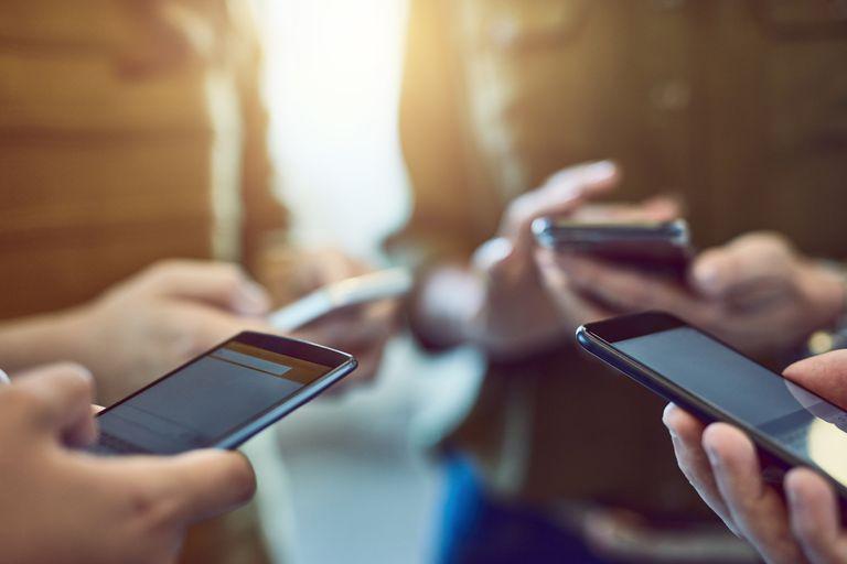 Celularët, rritja e përdorimit të internetit nuk ndalet, 33% më shumë në janar-mars