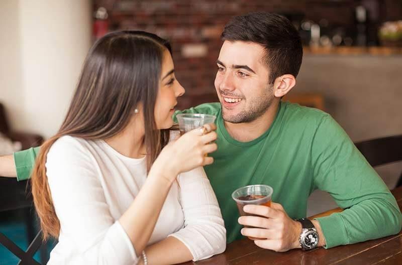 Gabimet që duhet të shmangni kur flirtoni me dikë