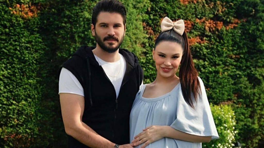 Almeda Abazi publikon momentin emocionues kur mori në krahë të bijën e porsalindur