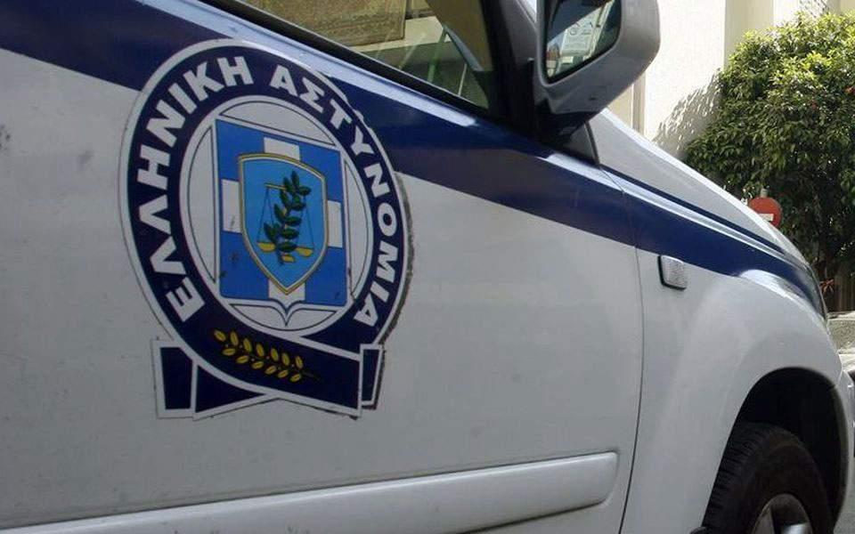 policia-e-kerkonte-ne-rruge-por-grabitesin-e-kishte-mes-tyre-pranga-oficerit-te-rrezikshem-ne-greqi