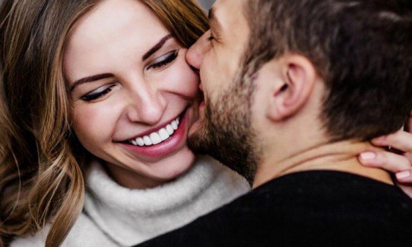Pse gratë që dalin me burra më të rinj janë më të lumtura