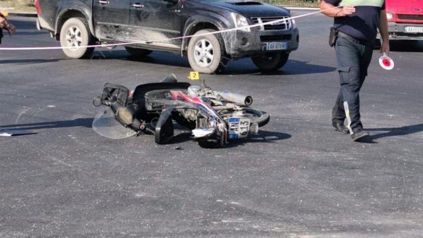 Makina përplas motoçikletën në Lushnjë, plagoset 13 vjeçari