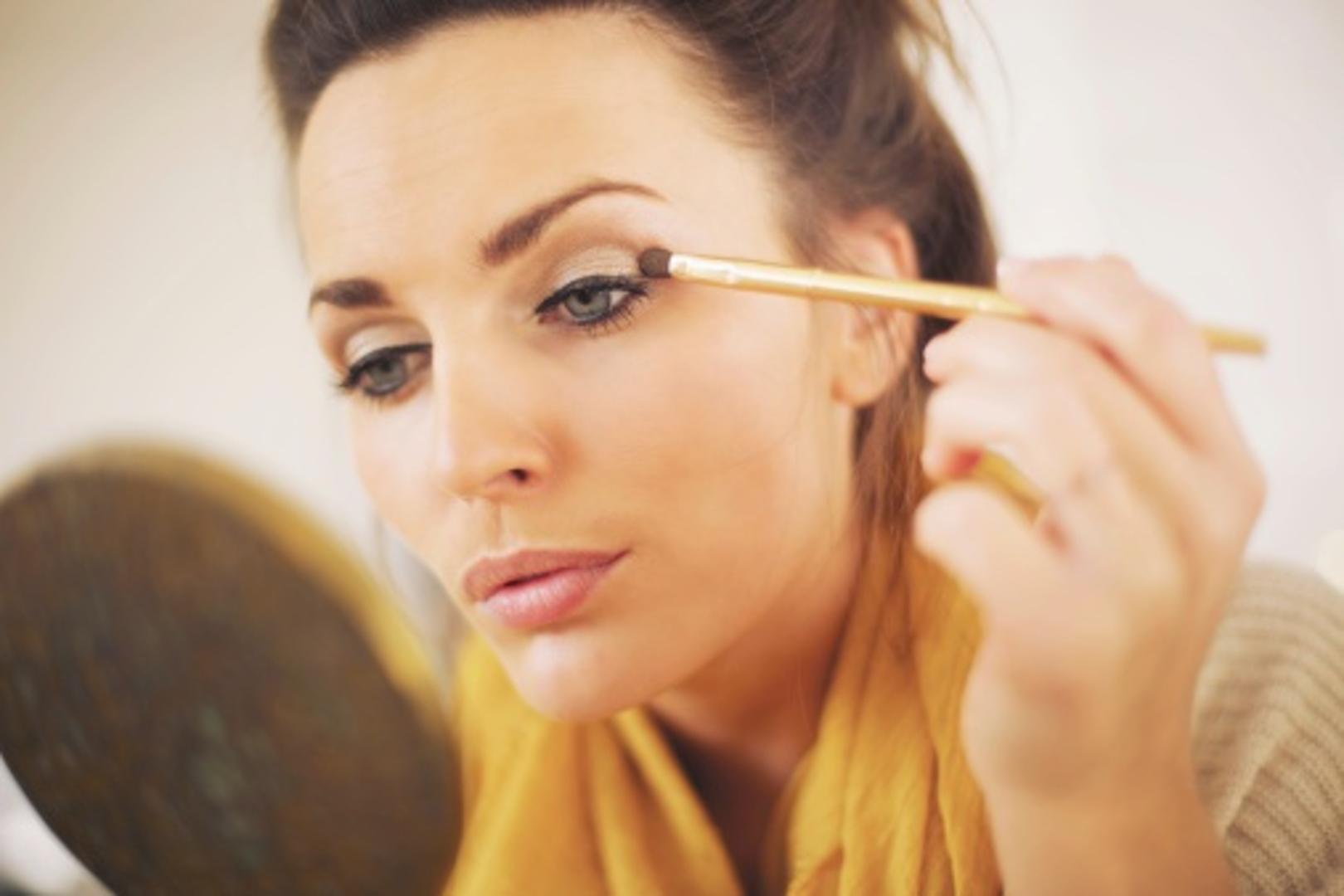 Si të aplikoni hijen e syve si një profesioniste