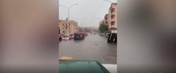 """Moti i keq godet Italinë, uji """"pushton"""" rrugët e Romës"""