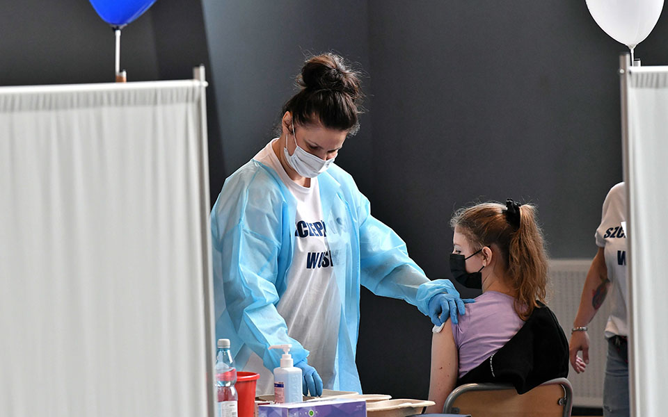 COVID-19/ Studimi: Fëmijët po aq infektues sa të rriturit