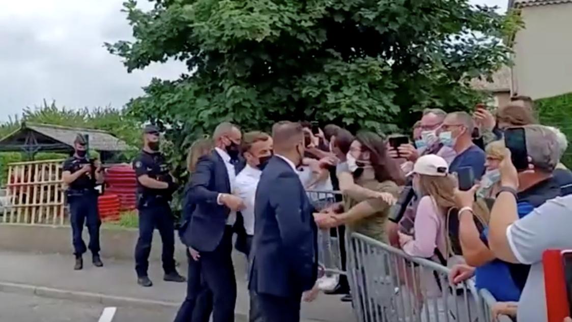 Personi që qëlloi Macron me shuplakë, i apasionuar pas arteve marciale mesjetare