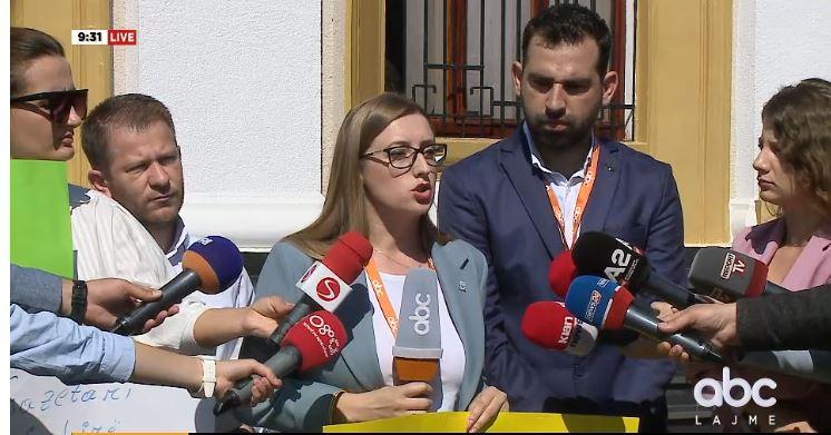 Gazetarët protestë përpara Parlamentit: Po na izolojnë në bodrum, të tërhiqen nga ky vendim