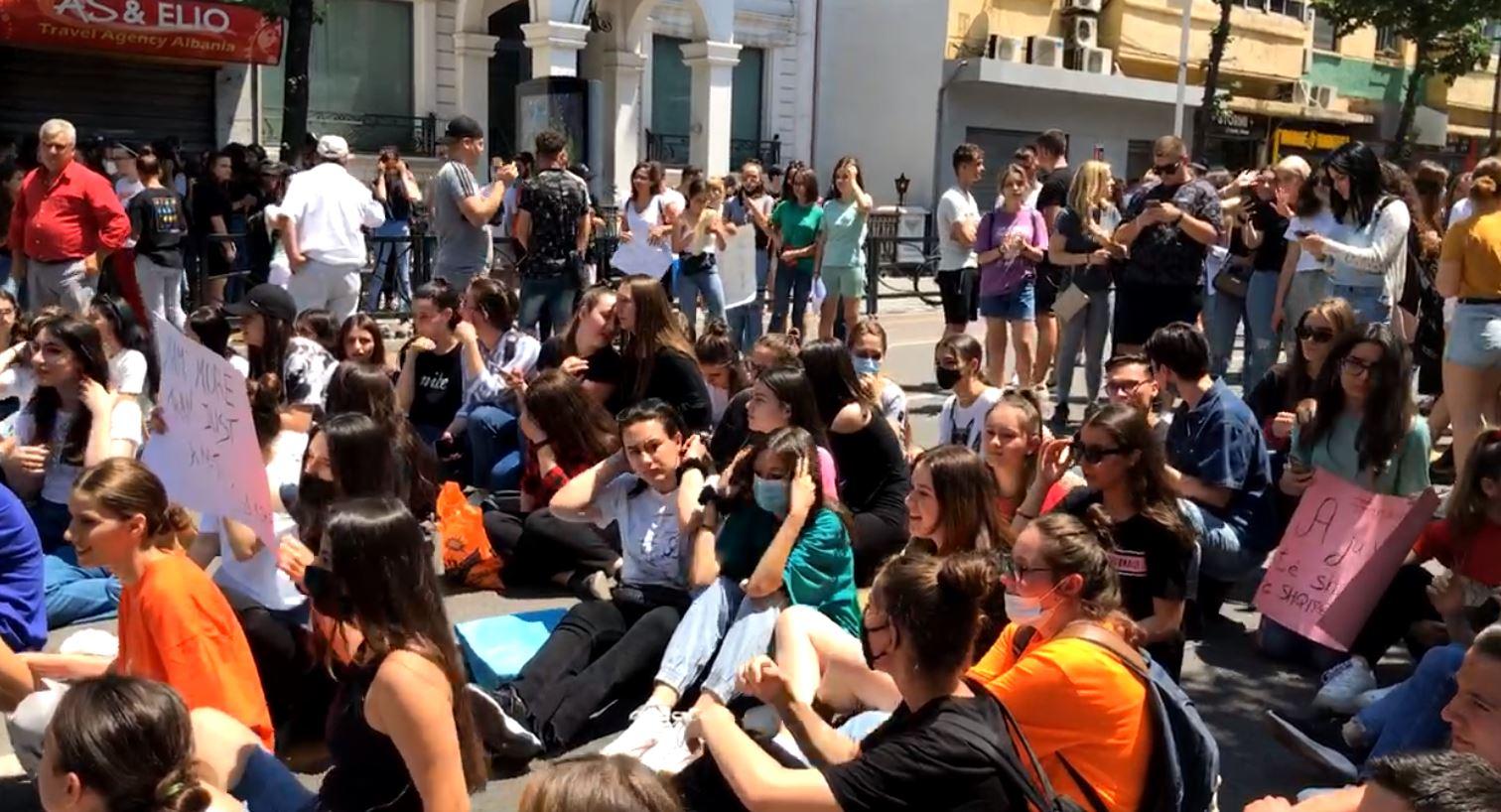 Maturantët protestë te Ministria e Arsimit për provimin e Matematikës, bllokojnë rrugën