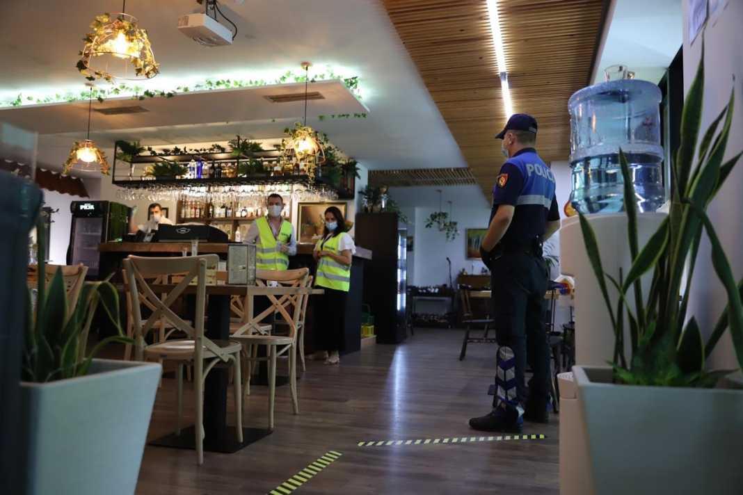 Mbante lokalin hapur, gjobitet pronari në Lushnje, e pësojnë edhe 7 klientët