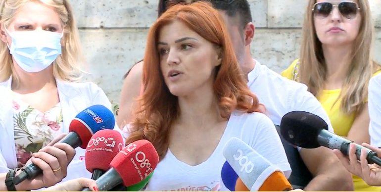 """Mjekët specializantë u pushuan nga puna pas 1 viti """"luftë"""" me Covid: Kërkojmë takim me ministren"""