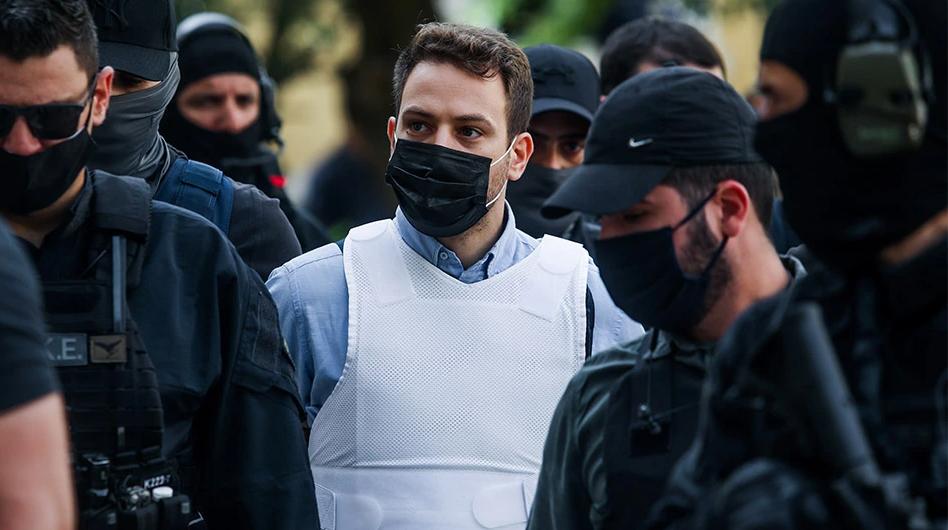 Vrau bashkëshorten në gjumë, lihet në burg piloti 32-vjeçar në Greqi