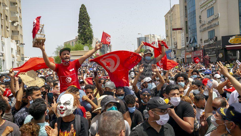 Kryeministri i Tunizisë shkarkohet pas protestave të dhunshme