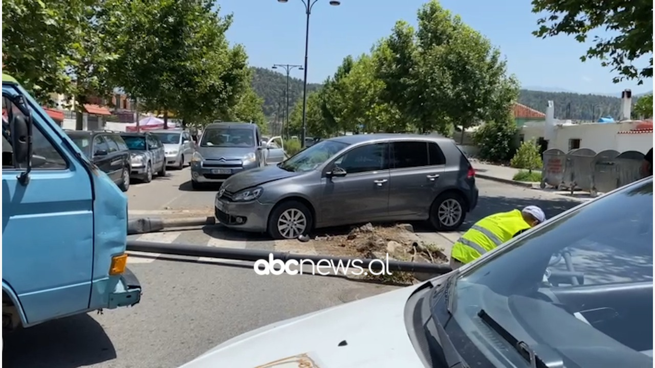Aksident në Elbasan, përplasen dy makina