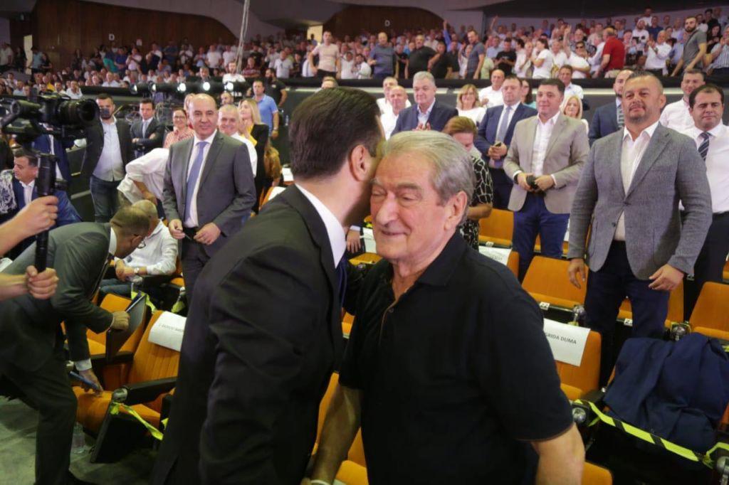 """""""Mezi po pres"""", Berisha konfirmon hyrjen në parlament: Kemi armatë të fuqishme"""