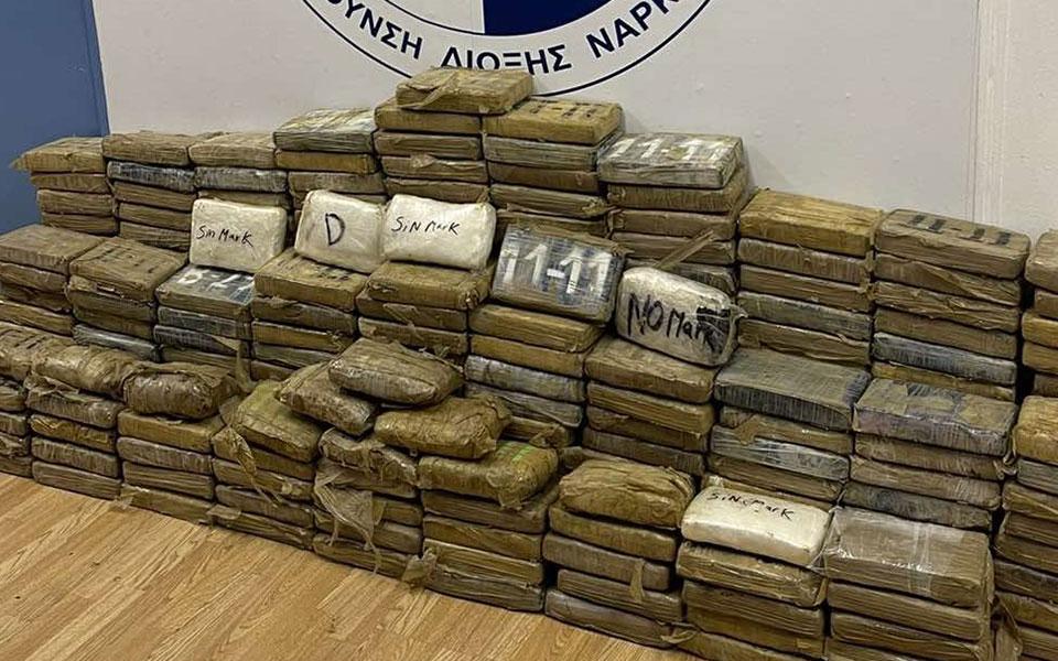 Dalin pamjet, 350 kg kokainë e fshehur mes thasëve me kafe