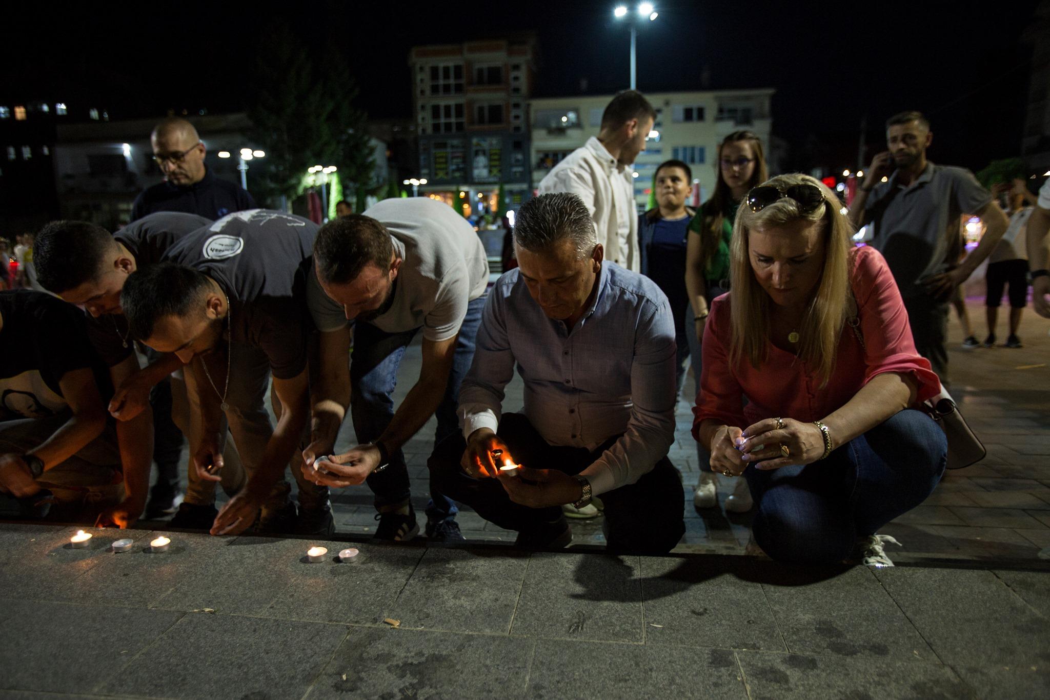 Ndizen qirinj në nderim të shqiptarëve që humbën jetën nga aksidenti tragjik në Kroaci