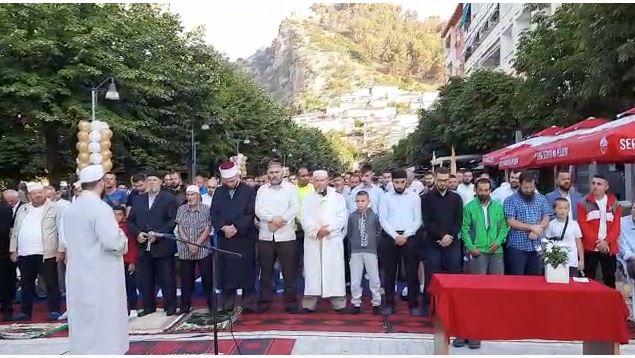 Besimtarët myslimanë në Berat falin Kurban Bajramin në Pedonale