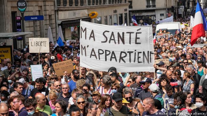 Protesta masive kundër masave kufizuese në Francë