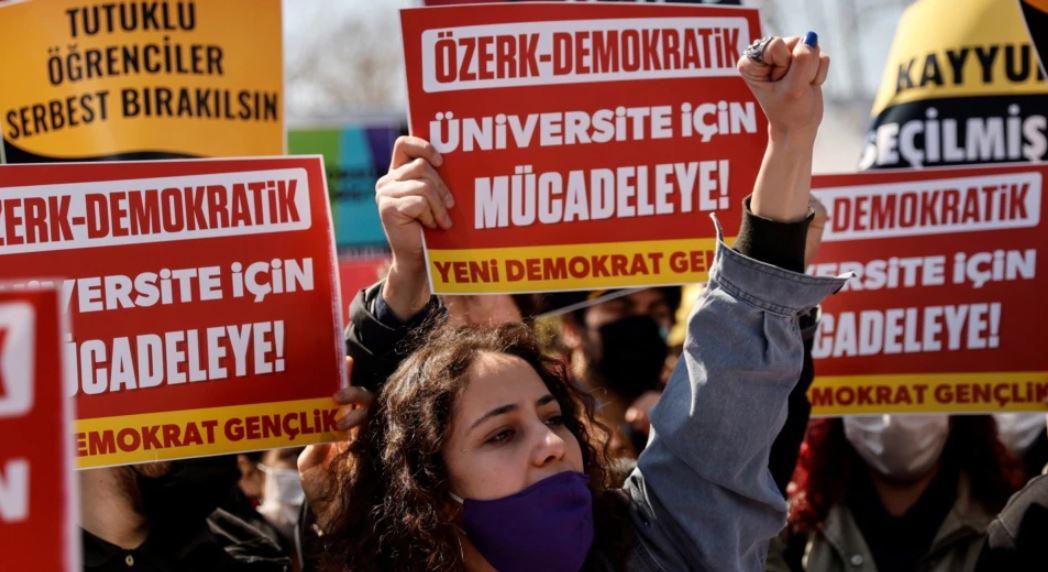 Përballë protestave në Turqi, Presidenti Erdogan bën një gjest të rrallë tërheqjeje