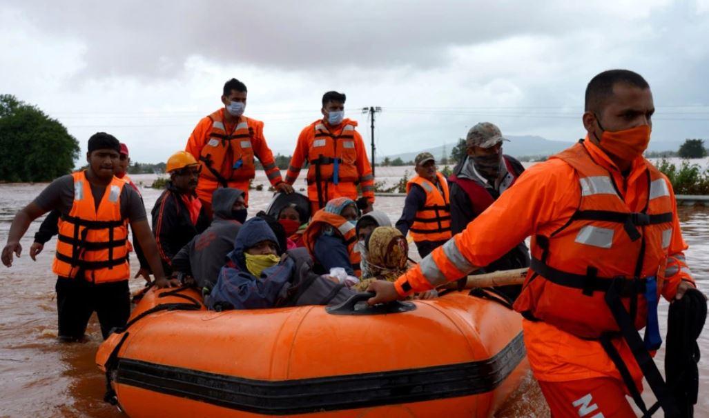 Ekipet e shpëtimit kërkojnë për të mbijetuar pas vërshimeve në Indi
