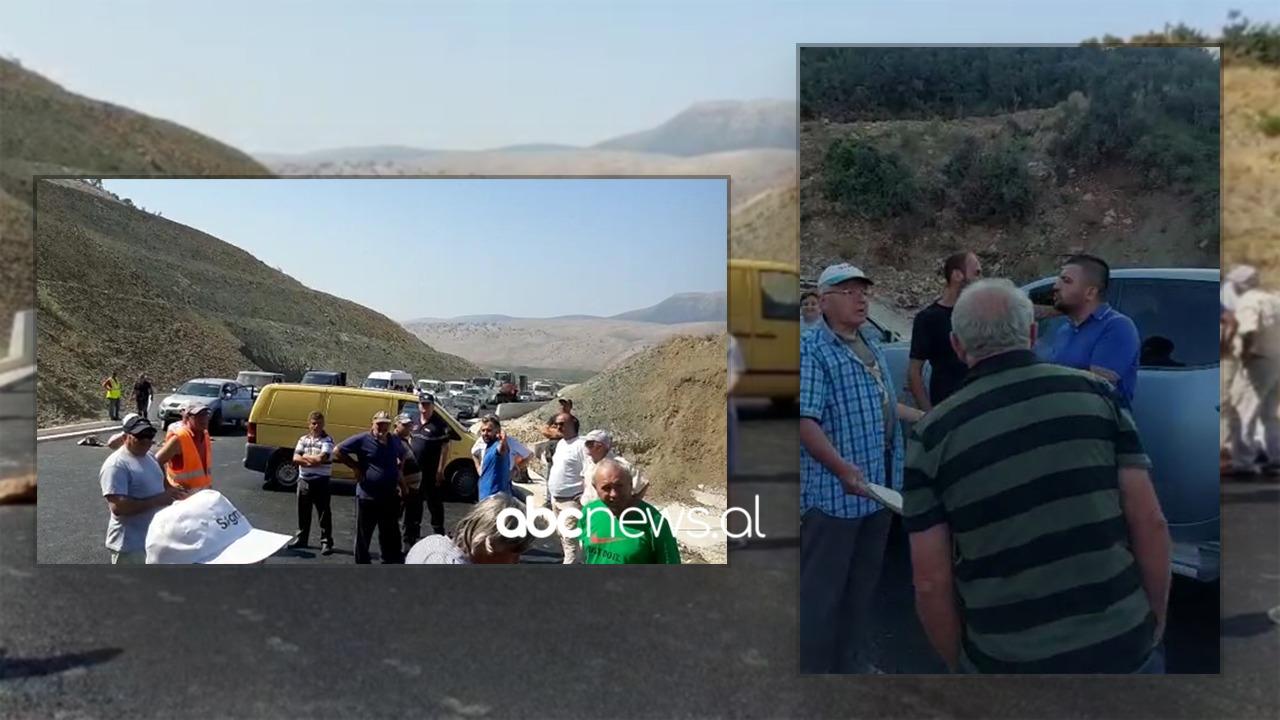 Banorët e Senicës bllokojnë rrugën me gurë: Të ndërtohet deri të fshati jonë