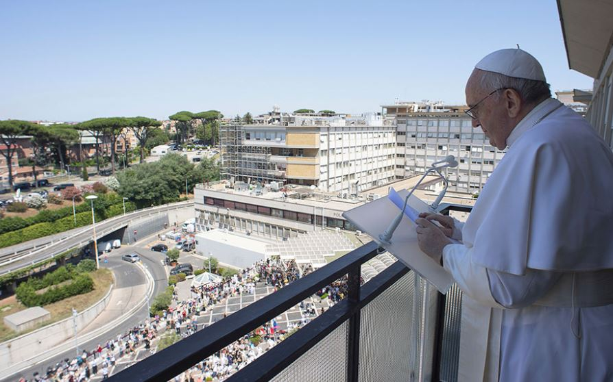 Pas 11 ditësh i shtruar, Papa Françesku del nga spitali