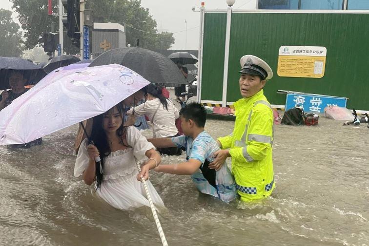 Të paktën 25 viktima nga përmbytjet në Kinë
