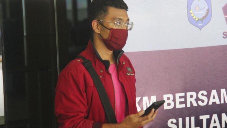 Maskohet si bashkëshortja, indoneziani i infektuar me COVID-19 shmang kufizimet e udhëtimit