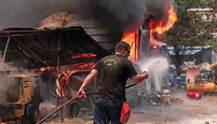 Zjarri në Greqi del jashtë kontrollit, flakët përhapen në zona të banuara