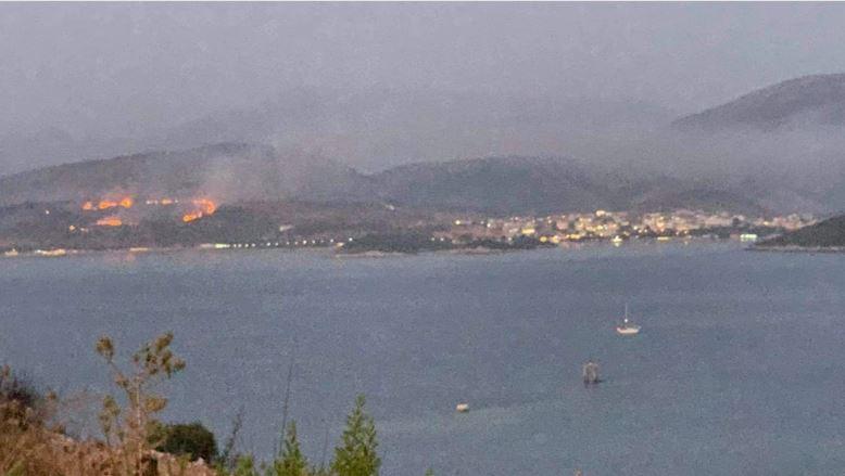 Media greke: Zjarri i madh përfshin Ksamilin në Sarandë, flakët duken deri në Korfuz (VIDEO)