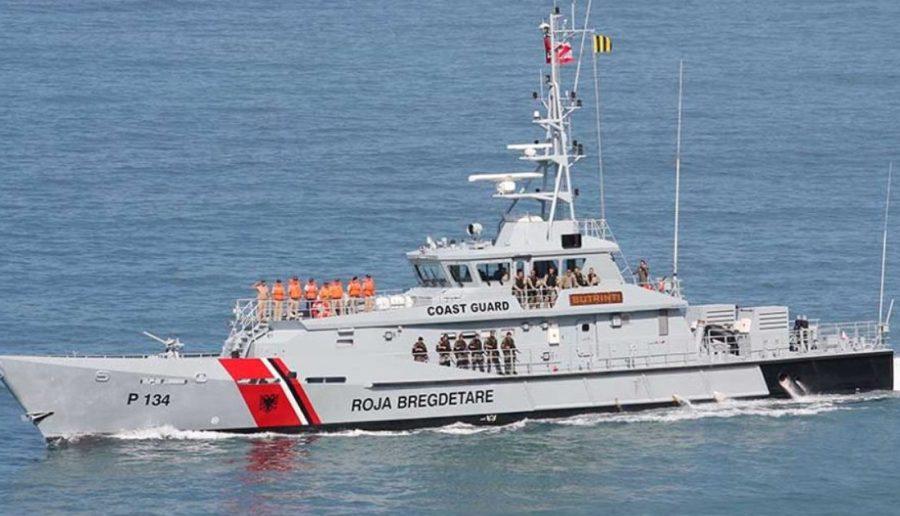 Mbetën me skaf në mes të detit, Roja Bregdetare shpëton tre të rinj në Vlorë