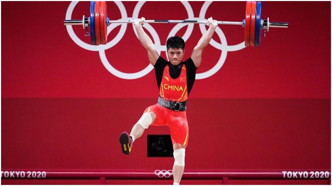 VIDEO/ Fitoi dy medalje ari në peshëngritje, kinezi ngriti 313 kg me një këmbë!