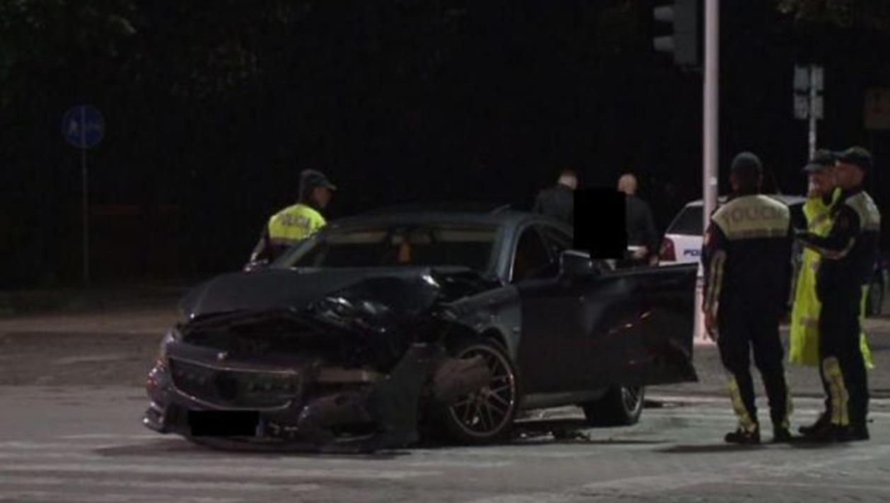 """""""Benz""""-i del nga rruga në Fier, ndërron jetë shoferja 19-vjeçare, plagoset pasagjeri"""