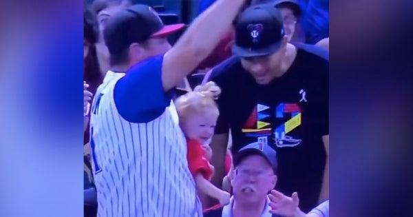 Momenti i pazakontë: Burri kap topin e ndeshjes, në duar kishte djalin dhe një gotë birrë