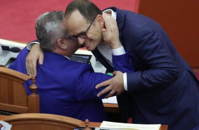 Buzëqeshje dhe përqafime, humbësit e 25 Prillit ndahen me njëri tjetrin dhe parlamentin