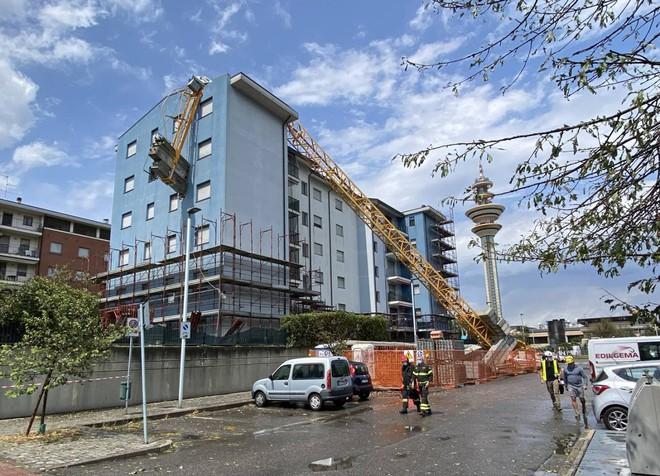 """Italia nën """"pushtetin"""" e stuhisë, vinçi shembet mbi ndërtesë dhe shkatërrohen makina në autostradë"""