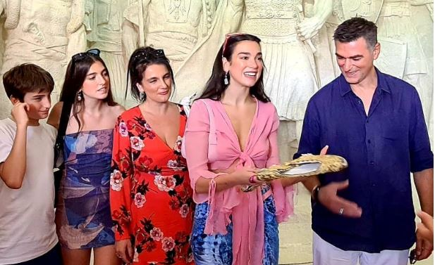 Dua Lipa viziton Muzeun Gjergj Kastrioti Skënderbeu