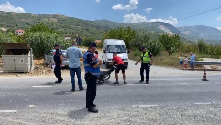 Makina përplas motorin në Cërrik, lëndohet drejtuesi