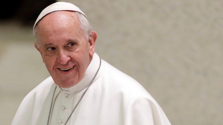 Operohet Papa Françesku, stabilizohet gjendja shëndetësore