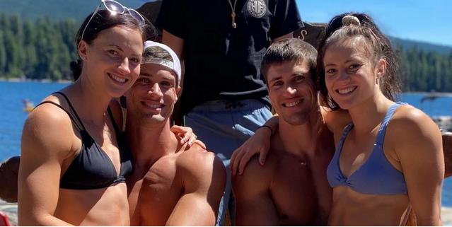Motrat binjake dashurohen me vëllezërit binjakë: Jetojmë të gjithë bashkë, jemi të lumtur
