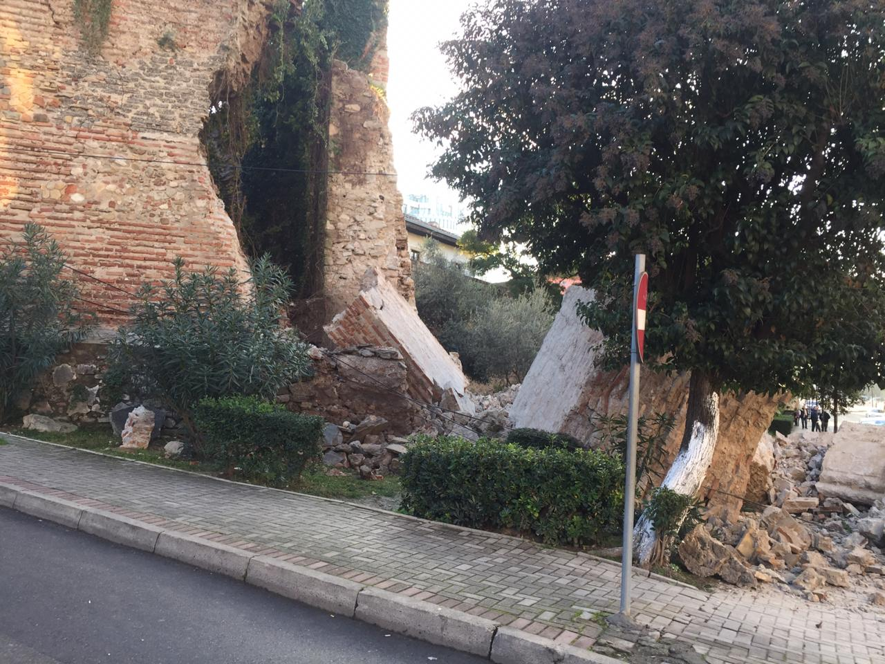 Po e riparonte, muri  zë poshtë 70-vjeçarin, ndërron jetë në spitalin e Sarandës