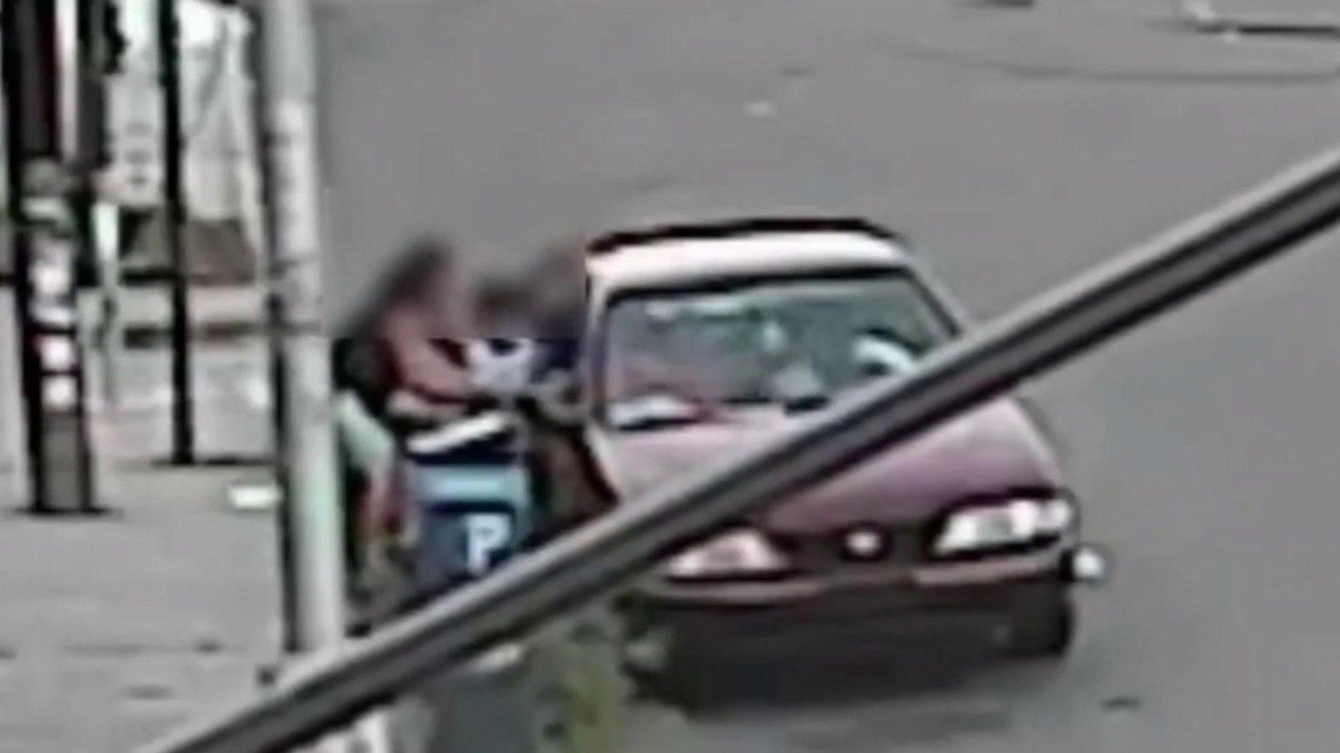 VIDEO/ Momenti kur nëna heroinë shpëton djalin nga duart e rrëmbyesit